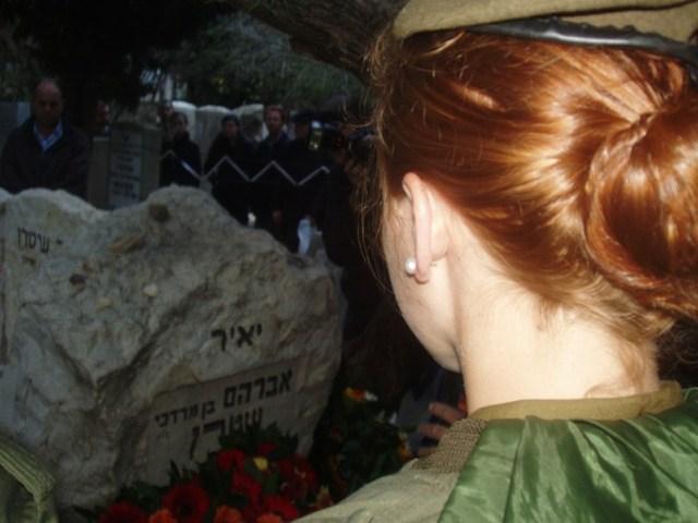 חיילת מצדיעה לקברו של יאיר ביו האזכרה למותו [צילום זאב גלילי]