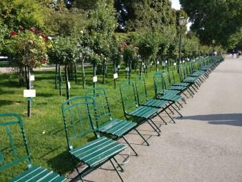 Sitzgelegenheiten im Volksgarten.