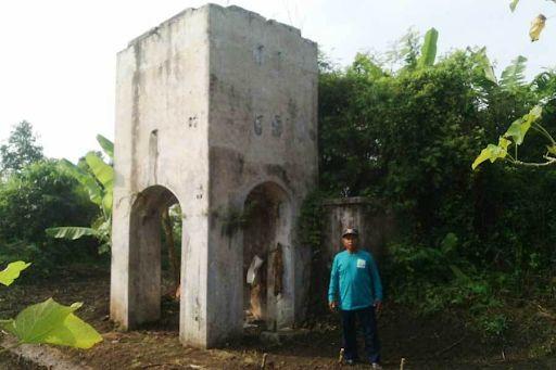 Tandon air peninggalan masa kolonial Belanda di Desa Kecamatan Polanharjo sudah dikelilingi semak