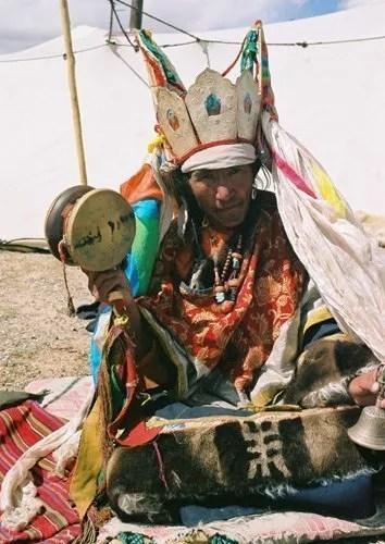Sciamano Tibetano con abiti cerimoniali