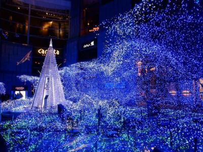 ブルーのクリスマスツリーとイルミネーション