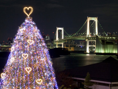 橋の夜景とクリスマスツリー