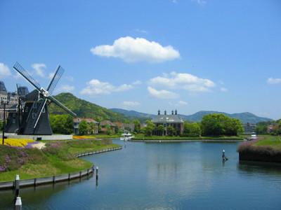 初夏の水車と池と青空と