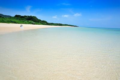 初夏のマリンブルーの海と砂浜と青空