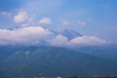 初夏の山々と白い雲