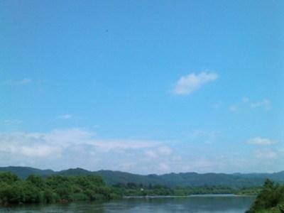 夏の緑の山々と青空