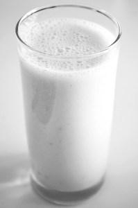 smoothie à la banane au lait végétal