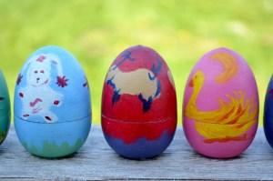 Oeufs en bois décorés pour Pâques zéro déchet