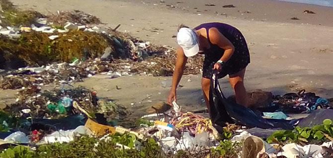Ramassage des déchets à la main