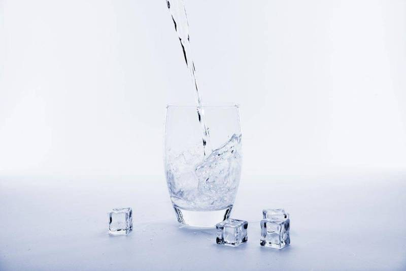 Filtrer l'eau du robinet avec du charbon actif binchotan