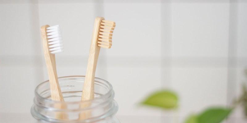 Brosse à dents naturelle compostable pour moins de déchets dans la salle de bain