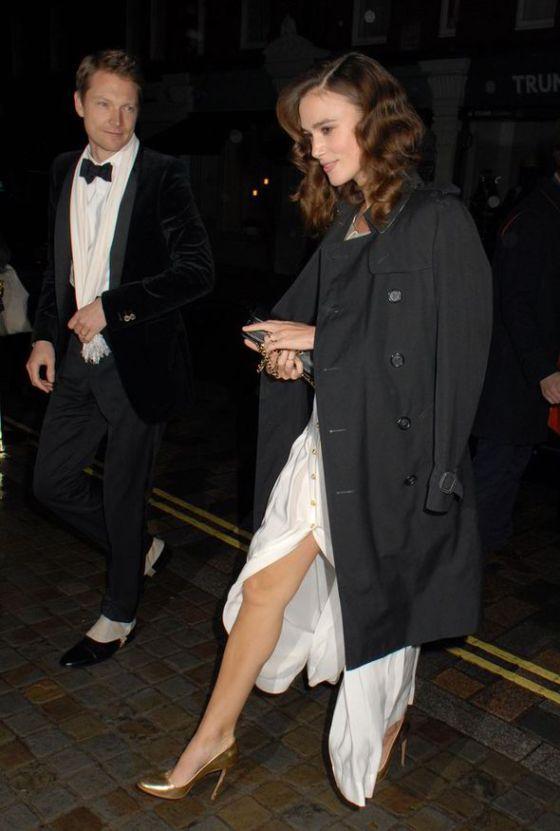 Keira Knightley com as pernas de fora