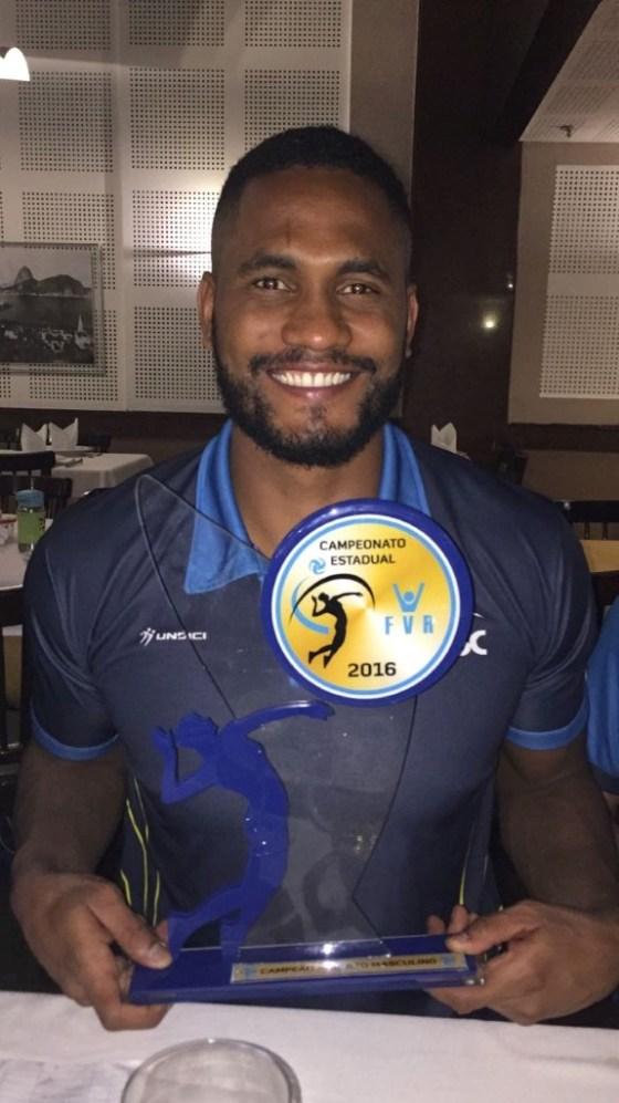 Paulo Victor da Silva com a taça de Campeão Carioca de 2016