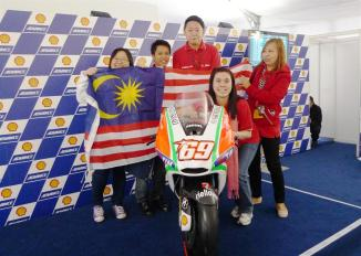 (L-R) Shell Lubricants B2C Marketing Manager Yam Hui Nee with Malaysian winners Ong Kim San, Ryan Lau, LIm Lay Cheng and Ong Wan Eng posing with Ducati MotoGP rider Nicky Hayden's bike in Valencia