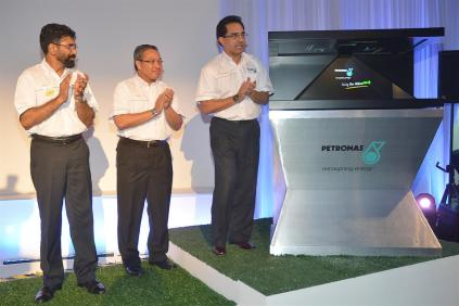 PDB Img 1 - Datuk Wan Zul (Far right) launching the new PETRONAS Twin Stations. Looking on is En Aminul and En Akbar (Far left)