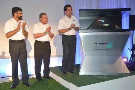 PDB Img 1 - Datuk Wan Zul (Far right) launching the new PETRONAS Twin Stations. Looking on is En Aminul and En Akbar (Far left)