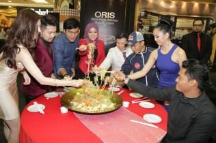 Oris Island Boutique in 1Utama (Old WIng) - 25 (L-R) Carey Ng, Dennis Lau, Mohd Ziyad Zolkefli, Shila Amzah, Raymond Tan, Zulfahmi Khairuddin, May Salitah and Hasihin Sanawi tossing the yee sang