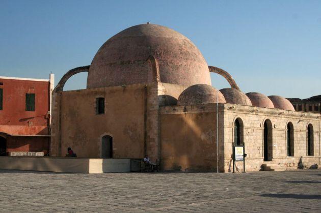 La moschea sul lungomare di Chania