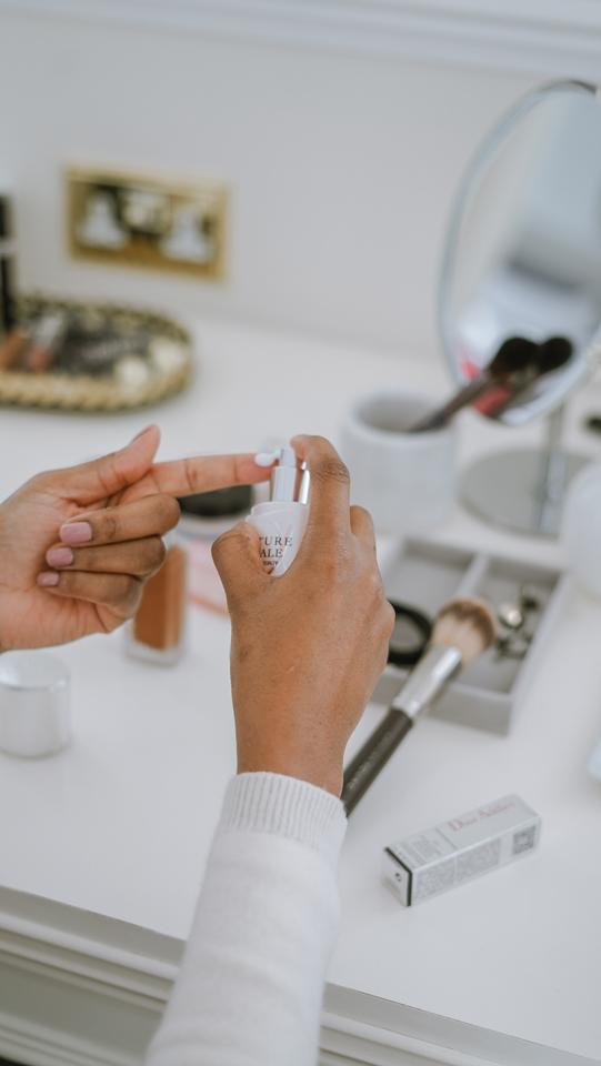 woman applying Dior capture total super potent serum