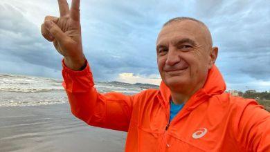 Photo of VIDEO/ Me dy gishtat lart, Meta e nis ditën me xhiro nga liqeni dhe me këtë mesazh