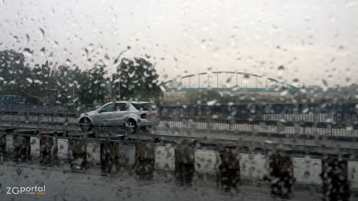 kiša u zagrebu - jadranski most, zagreb - lipanj 2015.
