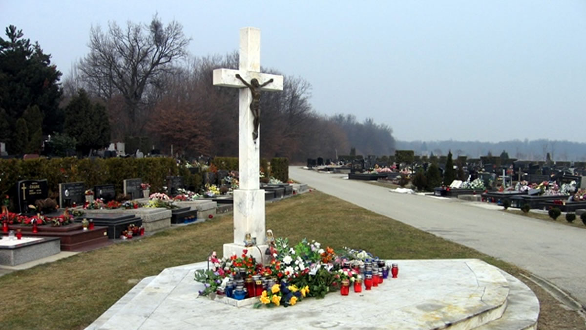 glavni križ, groblje markovo polje zagreb / studeni 2019.