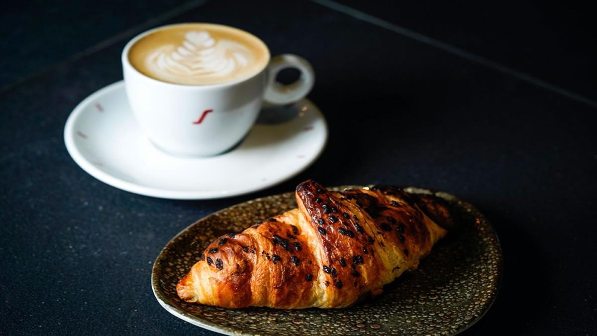 kava s mlijekom i kroasan - hugo`s bar zagreb 2020