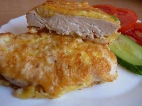 Курица кляр сыр, яйца, молоко, крахмал. Тушеную куру жарим в кляре.