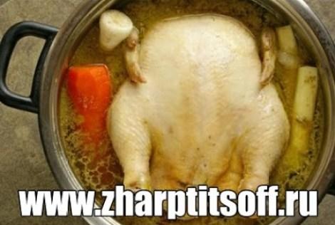 Курица отварная вкусная рецепт. Подаем с белым соусом на стол.