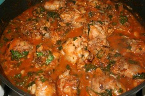 Чахохбили из курицы помидоры, лук, чеснок, зелень. Грузинская кухня.