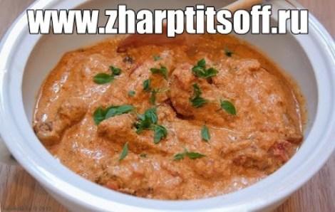 Курица томатный соус, сметана, лук. Готовим на сковороде курицу.