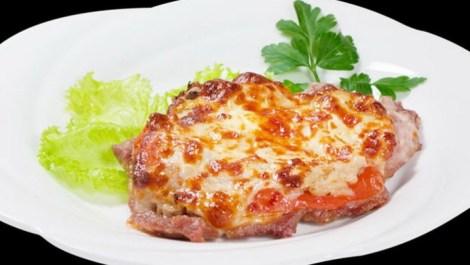 Курица по-французски с сыром, луком и майонезом. Печем в духовке.
