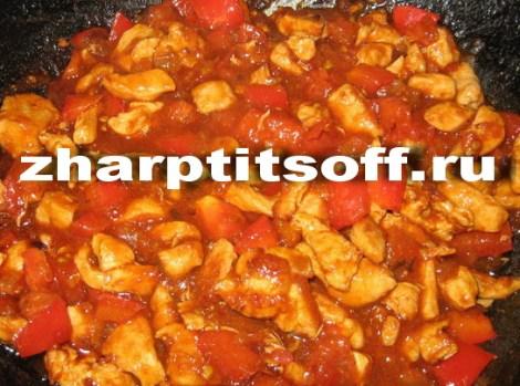 Простой гуляш из курицы. Тушим в томатной подливке с овощами.