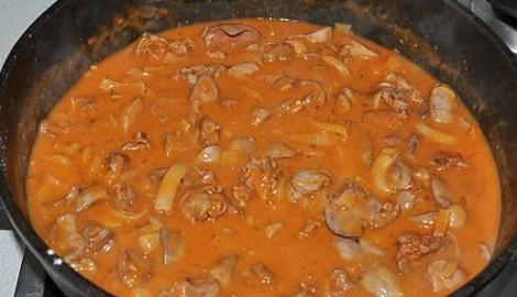 Куриные потроха в соусе. Обжариваем и тушим в томатном соусе.