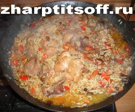 Кролик рис, грибы, зеленый горошек, петрушка, лук