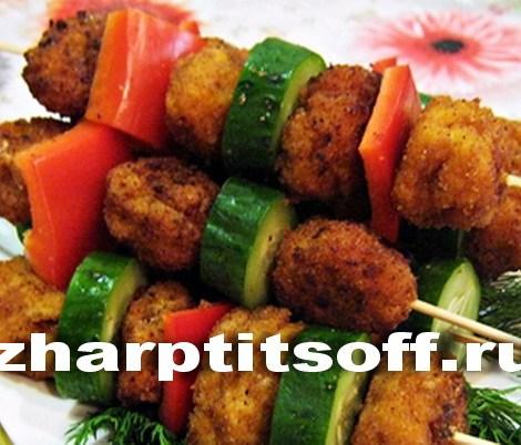 Куриные колобки, поданные с овощами