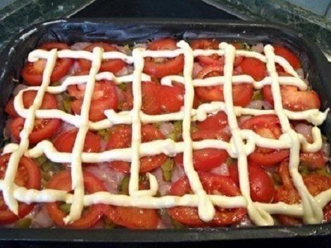 Пирог из макарон, курицы, сыра, помидор, огурцов соленых