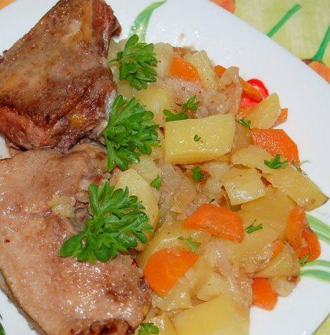 Утка в горшочке с картошкой. Тушим в духовке с морковью и луком.
