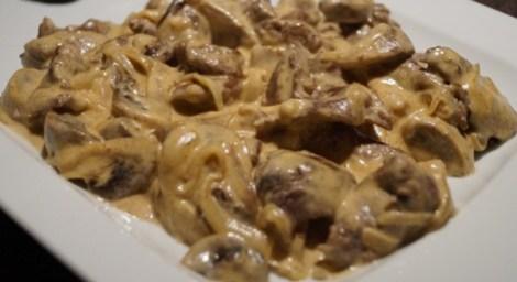 Бефстроганов в сметанном соусе грибы. Необычное блюдо из индейки.