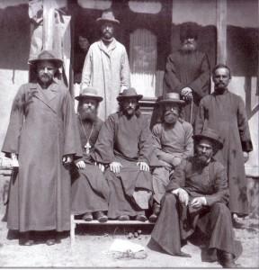 Preotul Alexie Mateevici (primul din stânga) împreună cu alţi preoţi militari pe frontul românesc, iunie-iulie 1917