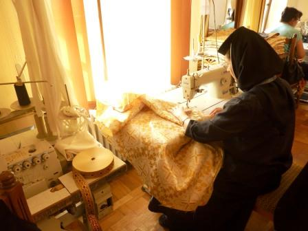 """Atelierul de croitorie """"Cămașa lui Hristos"""": Măicuțele care îmbracă preoții din Arhiepiscopie"""