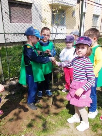 """Copiii de la """"Mihai Eminescu"""" au adoptat copăcei"""