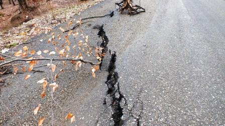 Guvernul poate repara drumul surpat de la Stejaru