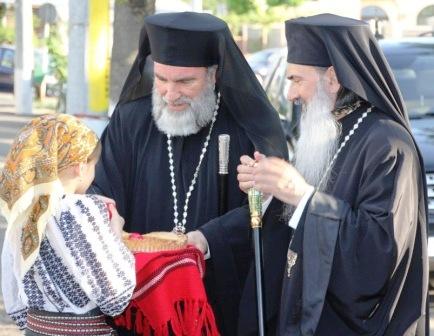 """Doi ierarhi la hramul Bisericii """"Sfântul Gheorghe"""" din Roman"""