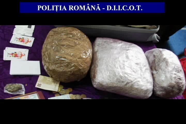 Închisoare cu executare pentru doi traficanţi de droguri din Roman