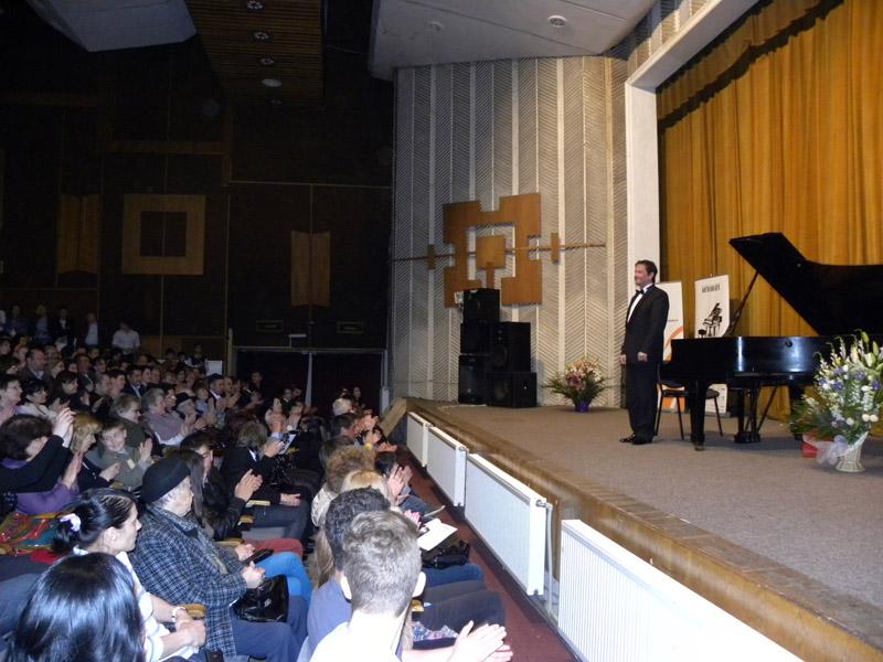 Pianul călător rămâne la Roman, adus de pianistul Mihail Horia