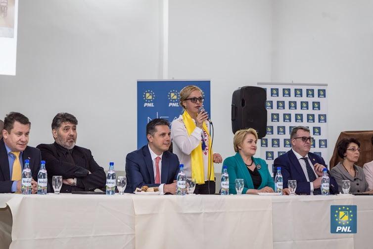 Preşedintele PNL Neamţ, deputatul Mugur Cozmanciuc, şi copreşedinta OFL Lucia Varga susţin femeile candidat