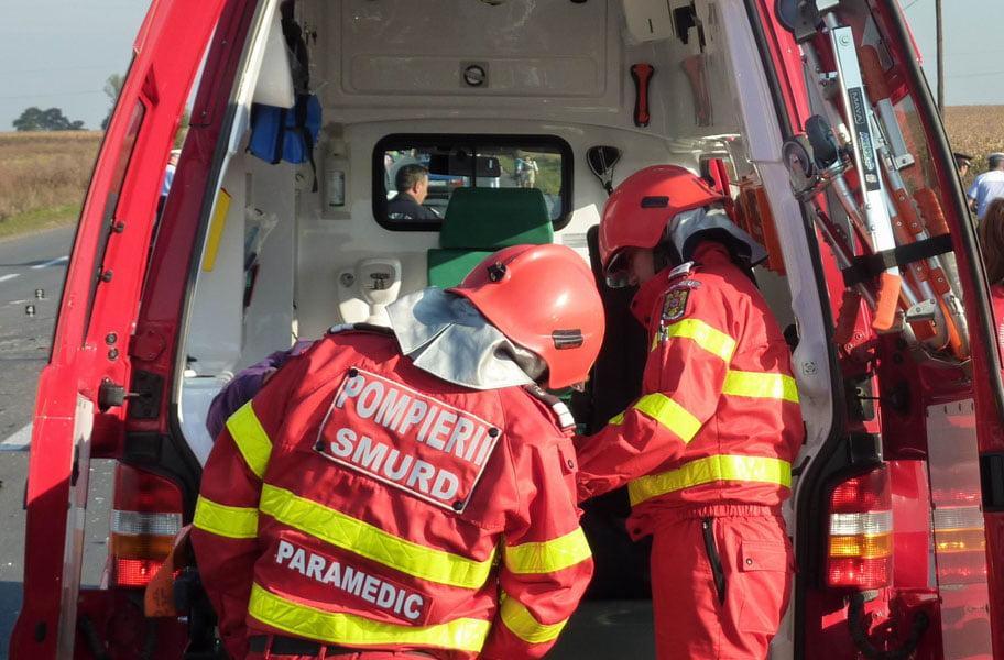 12 pompieri romaşcani au scos o femeie din mașina izbită într-un gard