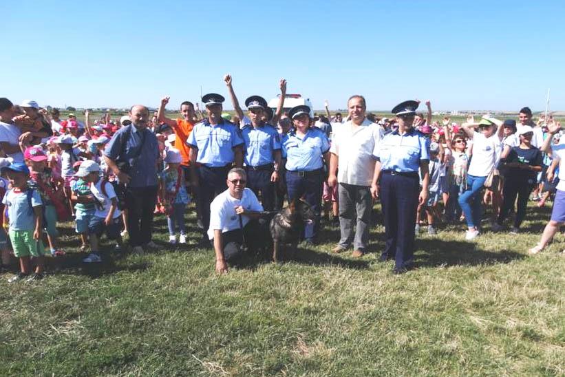 Copiii din Tămăşeni au învăţat cum să devină poliţişti criminalişti