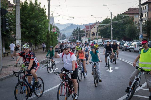 """[FOTO] Furtună şi bătaie cu apă pentru bicicliştii din judeţ, la """"Masă Critică"""""""
